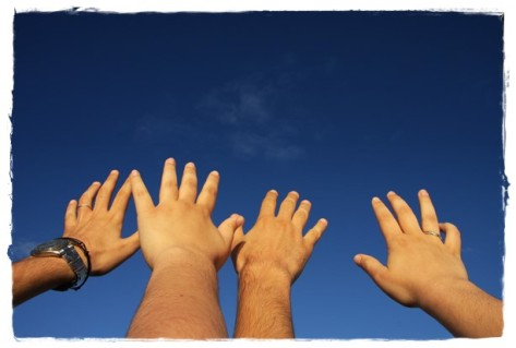 mani tese al cielo cv