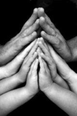 famiglia_mani_preghiera