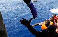 migranti, solidarietà, mano tesa